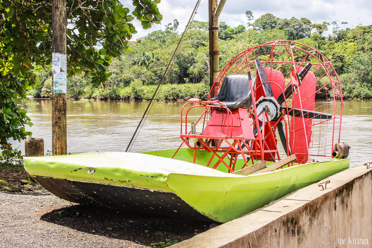 Altes Propellerboot in Sierpe in Costa Rica