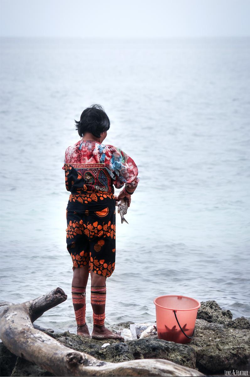 Kuna Frau beim Fischen