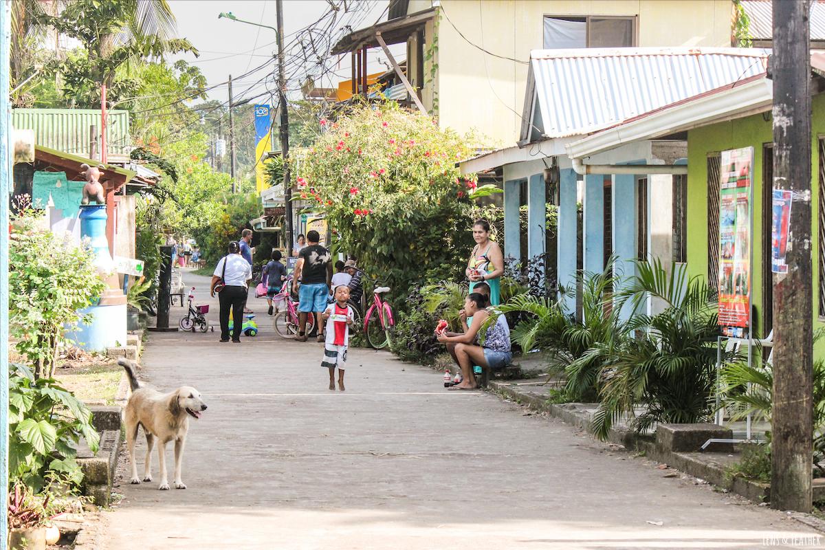 Belebte Straße in Tortuguero Costa Rica