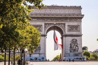 Französische Flagge im Triumphbogen