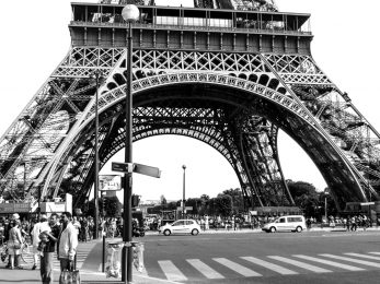Zebrastreifen vor dem Eiffelturm Paris