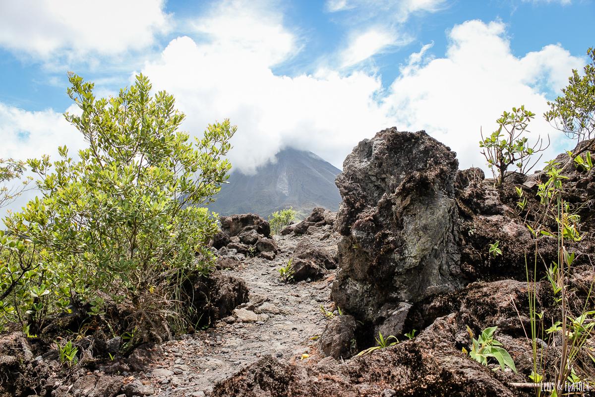 Wanderweg auf erkalteter Lava