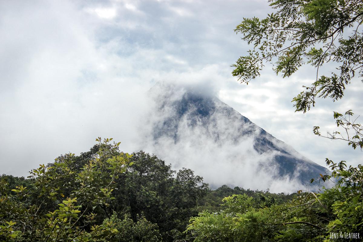 Der Vulkan Arenal hinter Wolken