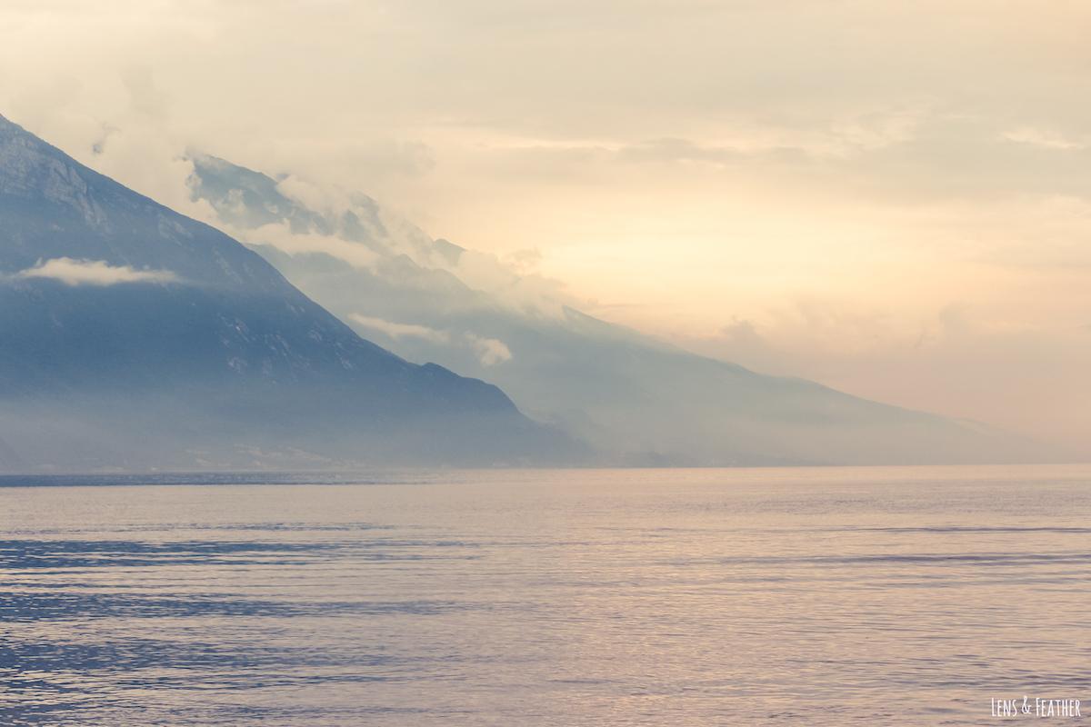 Wolkenverhangener Sonnenuntergang am Gardasee