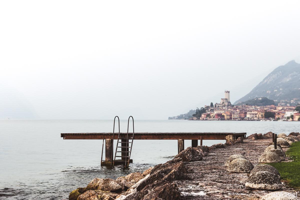 Leerer Steg am Gardasee in Italien